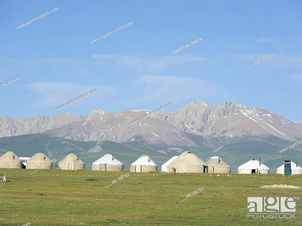 Imagen: Yurts for tourists at lake Song Kol (Son Kul, Songkoel, Song-Koel). Tien Shan mountains or heavenly mountains in Kirghizia.