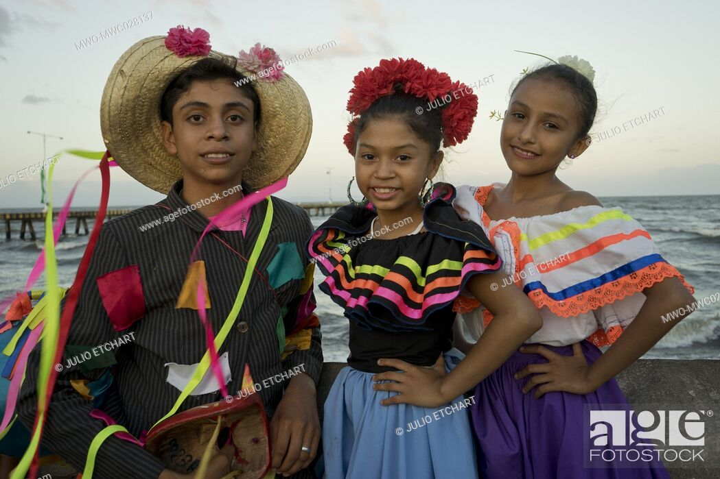 Imagen: Young people with costumes at carnival parade in Granada, Nicaragua.