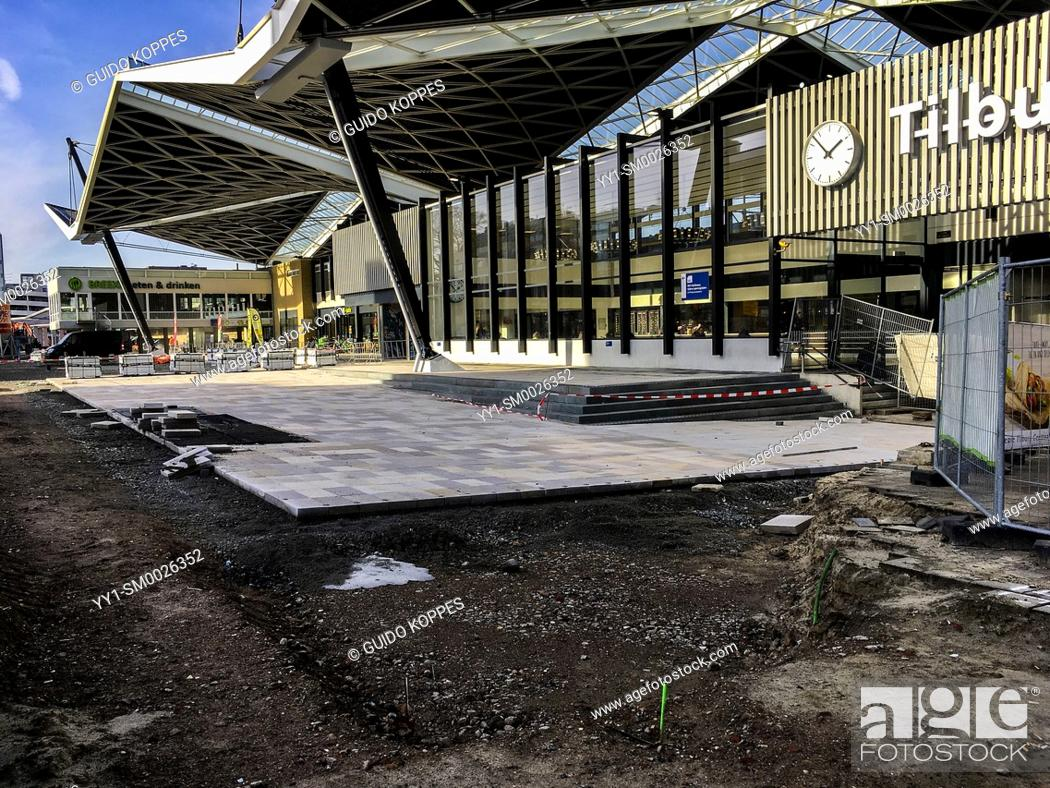 Imagen: Tilburg, Netherlands. Tilburg's Public Railway Station being refurbished and overhauled. After three years, final work is being started on pavements around the.