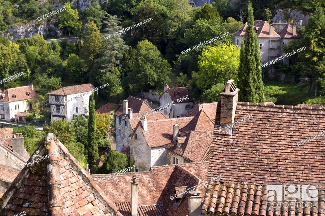 Imagen: View over the rustic tiled rooftops of the picturesque clifftop tourist attraction village of St Cirq Lapopie, Lot, France, Europe.