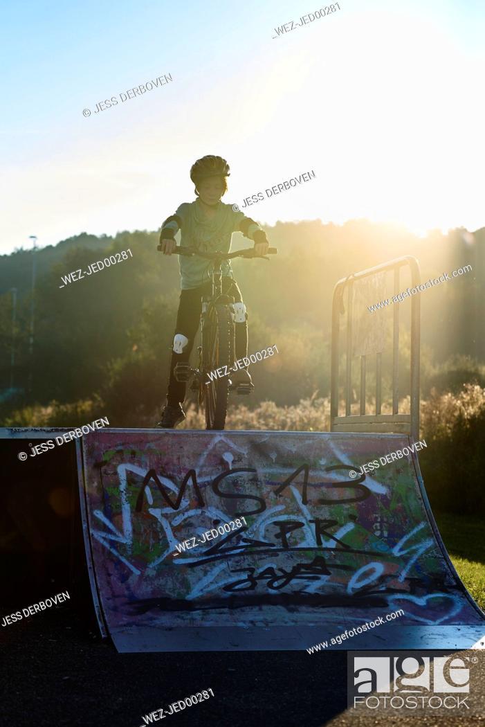 Imagen: Boy with mountainbike at ramp.