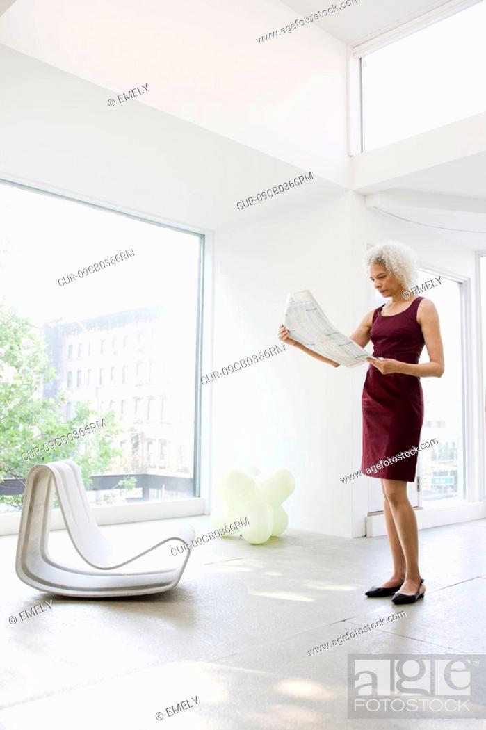 Imagen: Businesswoman reading papers.