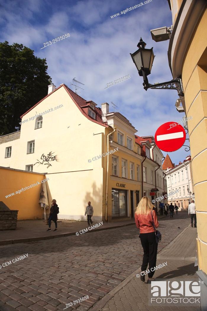 Imagen: Scene from the cobblestone streets in old town, Tallinn, Estonia, Baltic States, Europe.
