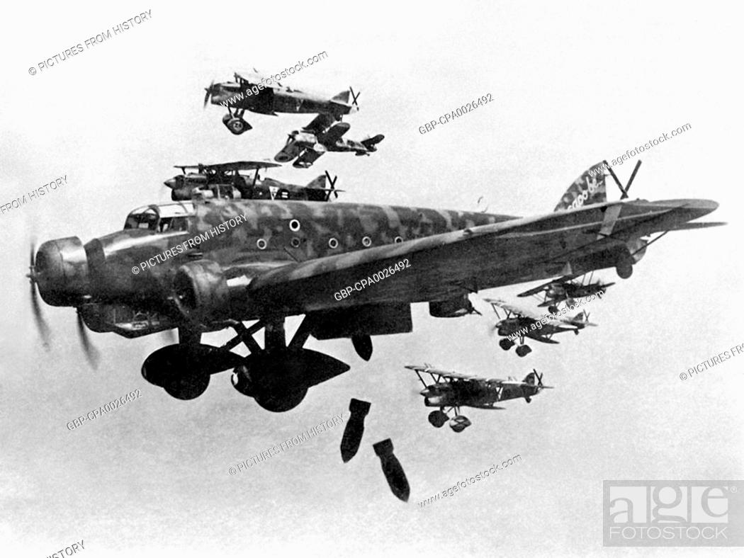 Imagen: Spain: Nationalist aircraft - Italian Savoia-Marchetti SM-79s - bomb Madrid in late November 1936.