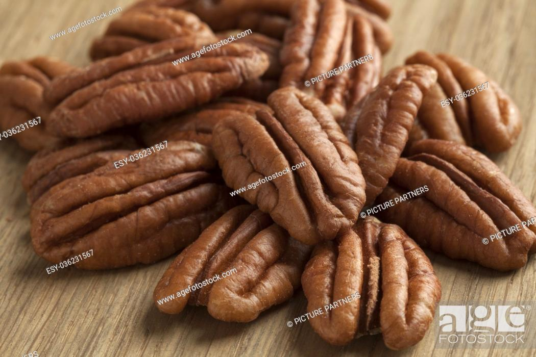 Photo de stock: Heap of peeled pecan nuts close up.