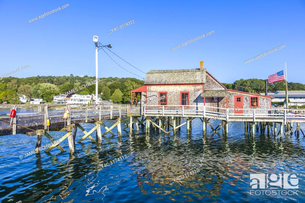Imagen: The Footbridge built 1901 over the harbor in Boothbay Harbor Maine in the United Dtates.
