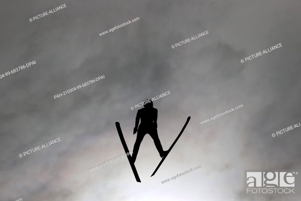 Imagen: 04 March 2021, Bavaria, Oberstdorf: Nordic skiing: World Championships, combined, individual, large hill/10 km, men, jump.