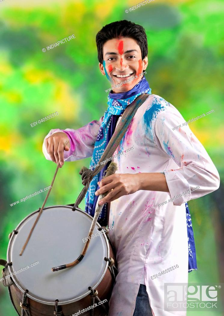 Imagen: Man playing on a dhol.