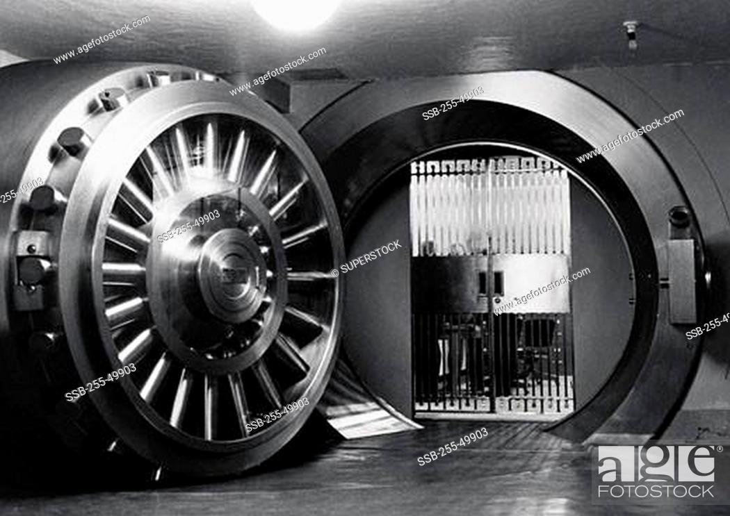 Photo de stock: Open door of bank vault.