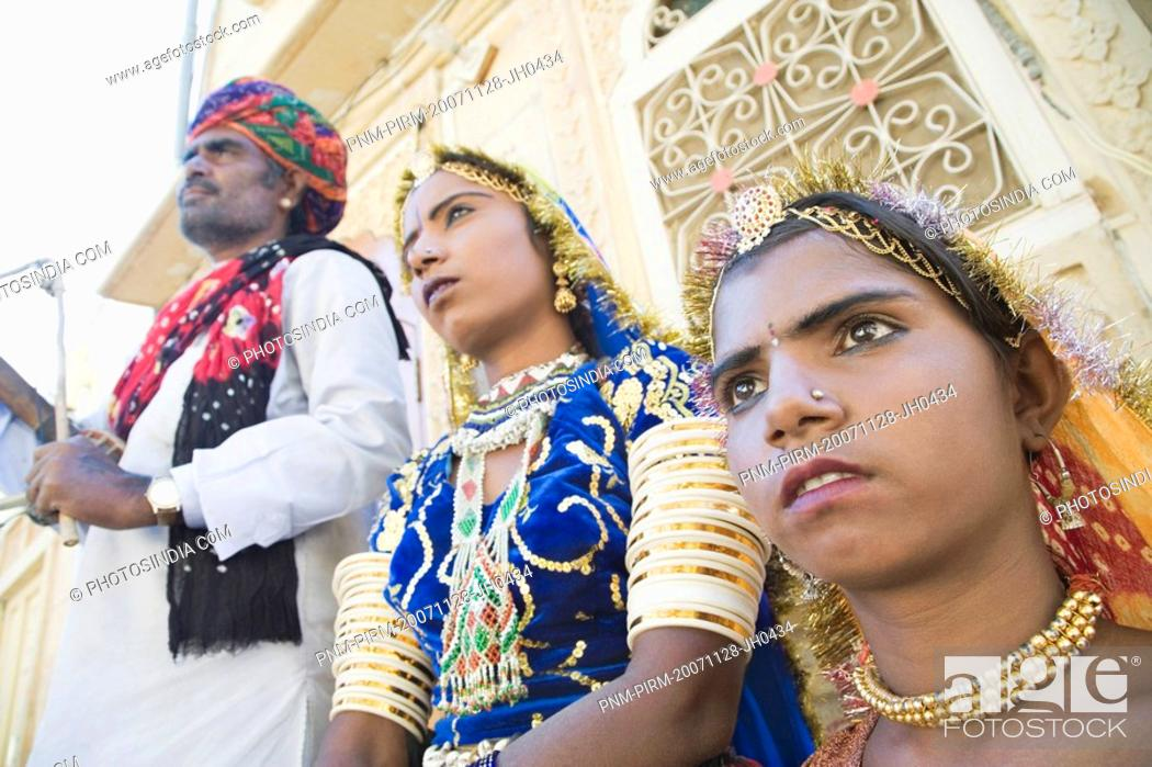 Imagen: Folk dancers performing in front of a building, Jaisalmer, Rajasthan, India.