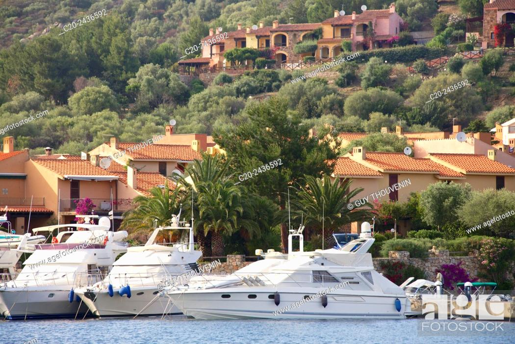Imagen: Pleasure boats and perched village, Ottiolu harbour, Sardinia, Italy.