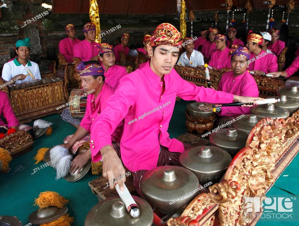Photo de stock: Indonesia, Bali, Mas, temple festival, gamelan musicians, odalan, Kuningan holiday,.