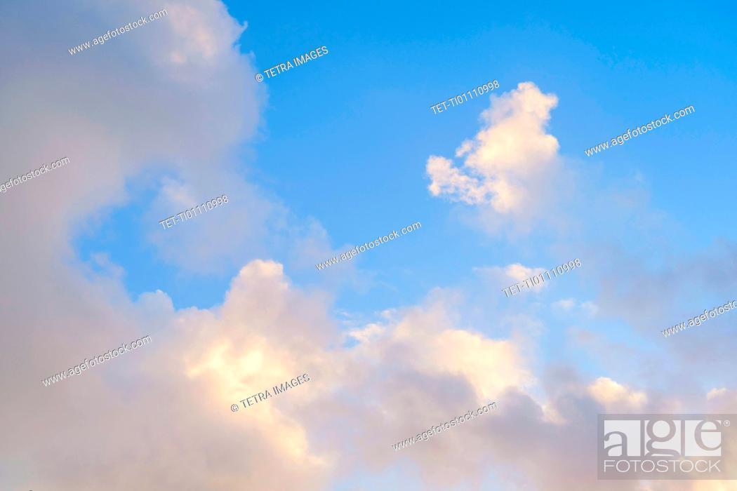 Imagen: White clouds in blue sky.
