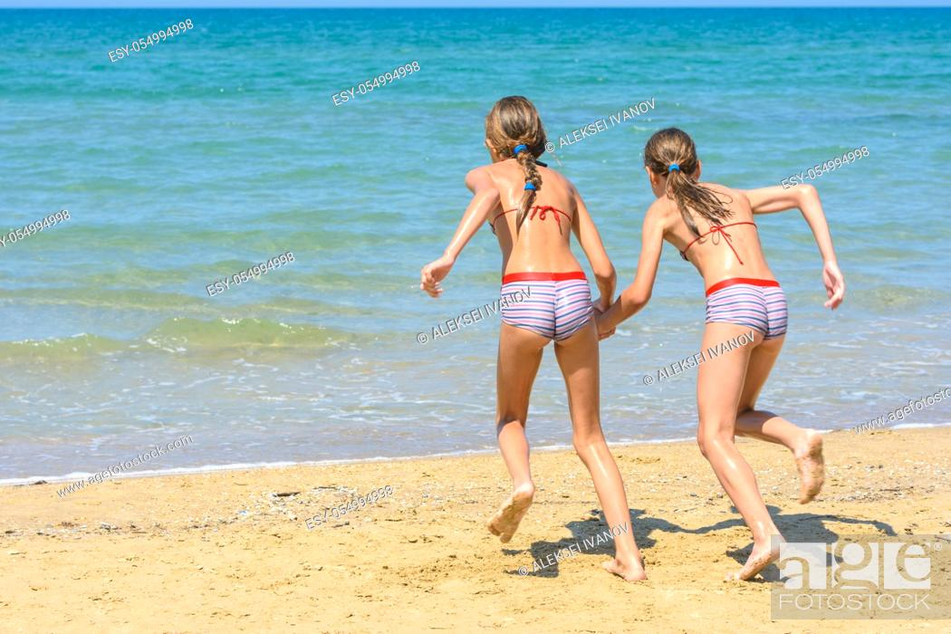 Imagen: Children with a run run swimming in the sea.