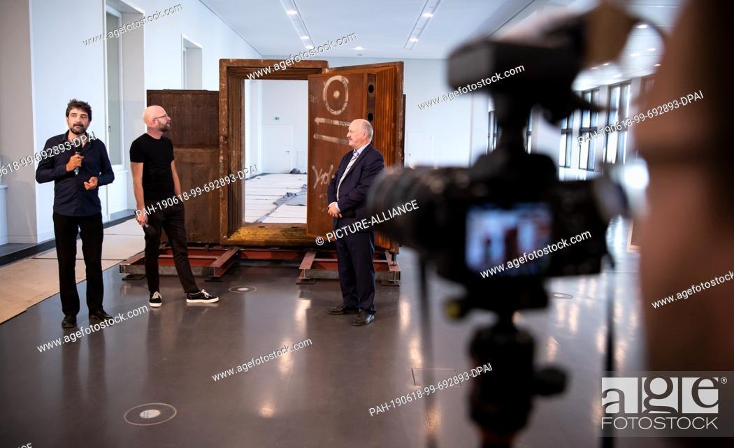 Imagen: 18 June 2019, Berlin: Paul Spies (l-r), Director of the Stadtmuseum Berlin and Chief Curator of the State of Berlin at the Humboldt Forum, Moritz van Dülmen.