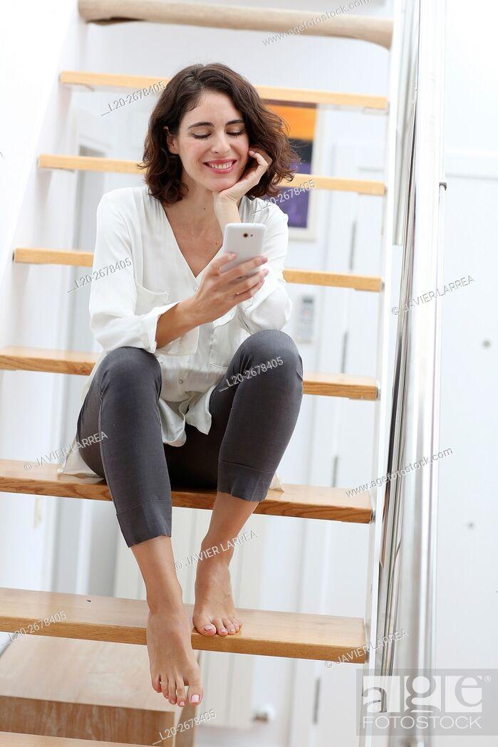 Imagen: Woman with smartphone.