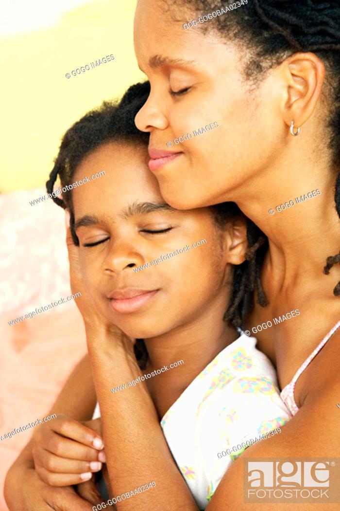 Photo de stock: African mother hugging her daughter.