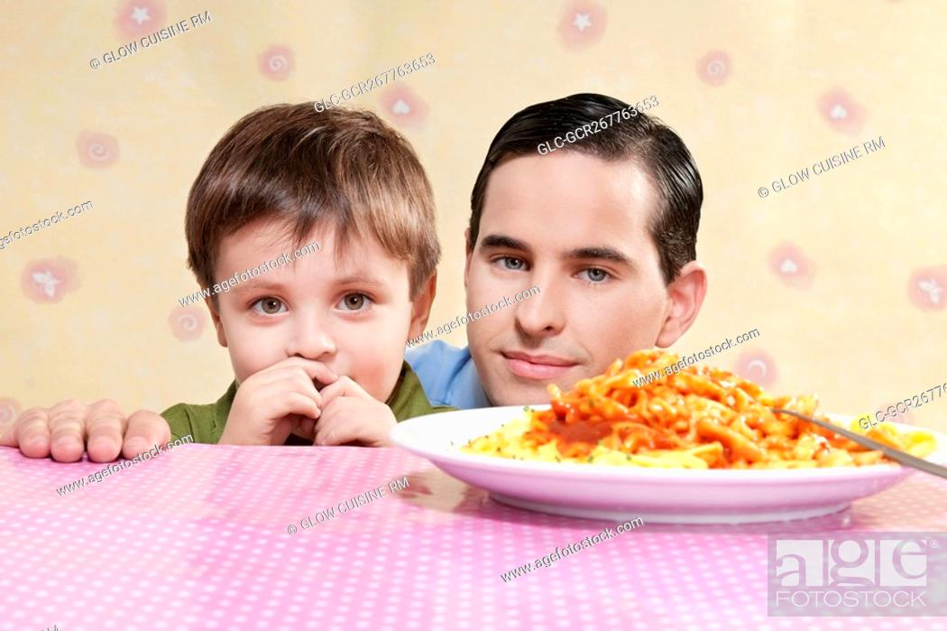 Imagen: Man and his son with a plate of fettuccine pasta.