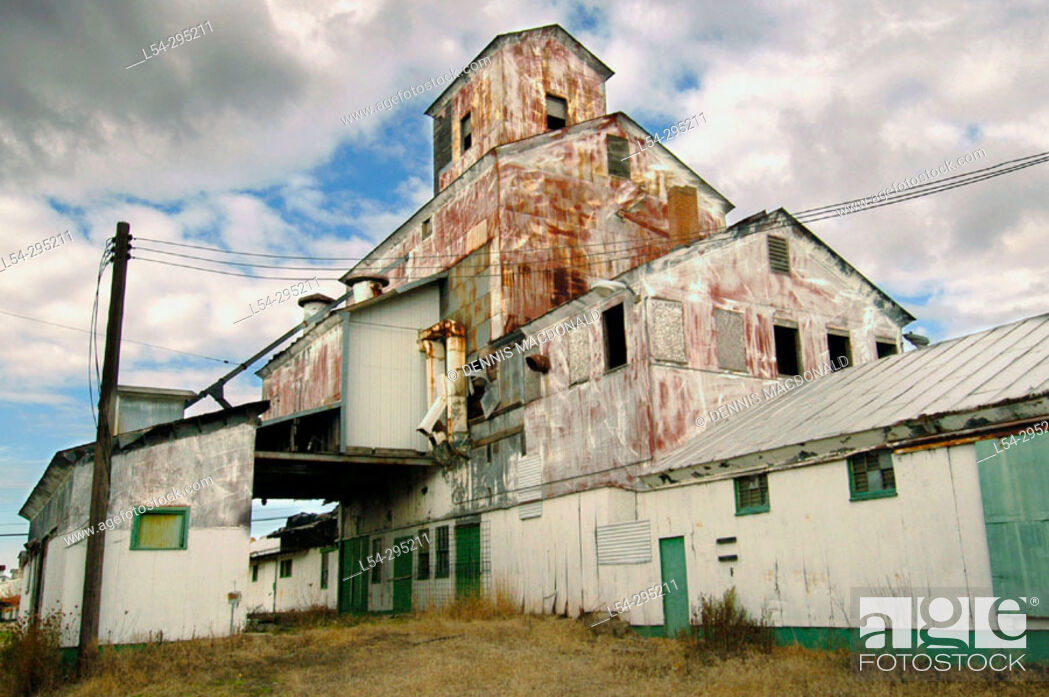 Stock Photo: Old grain elevator at St. Louis. Michigan, USA.