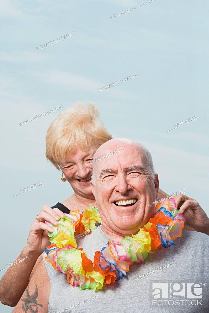 Imagen: Woman putting a flower garland on husband.