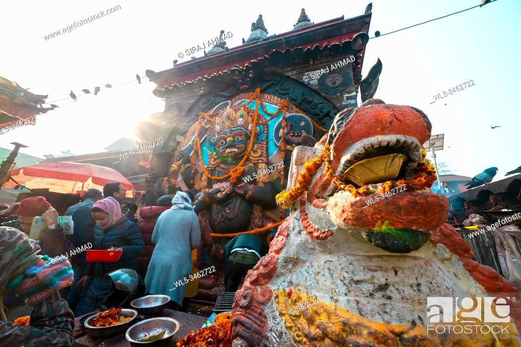 Imagen: Kathmandu, Nepal - January 19 2020: People worshipping Kaal Bhairav Statue. Ancient Temples at Kathmandu Durbar Square.