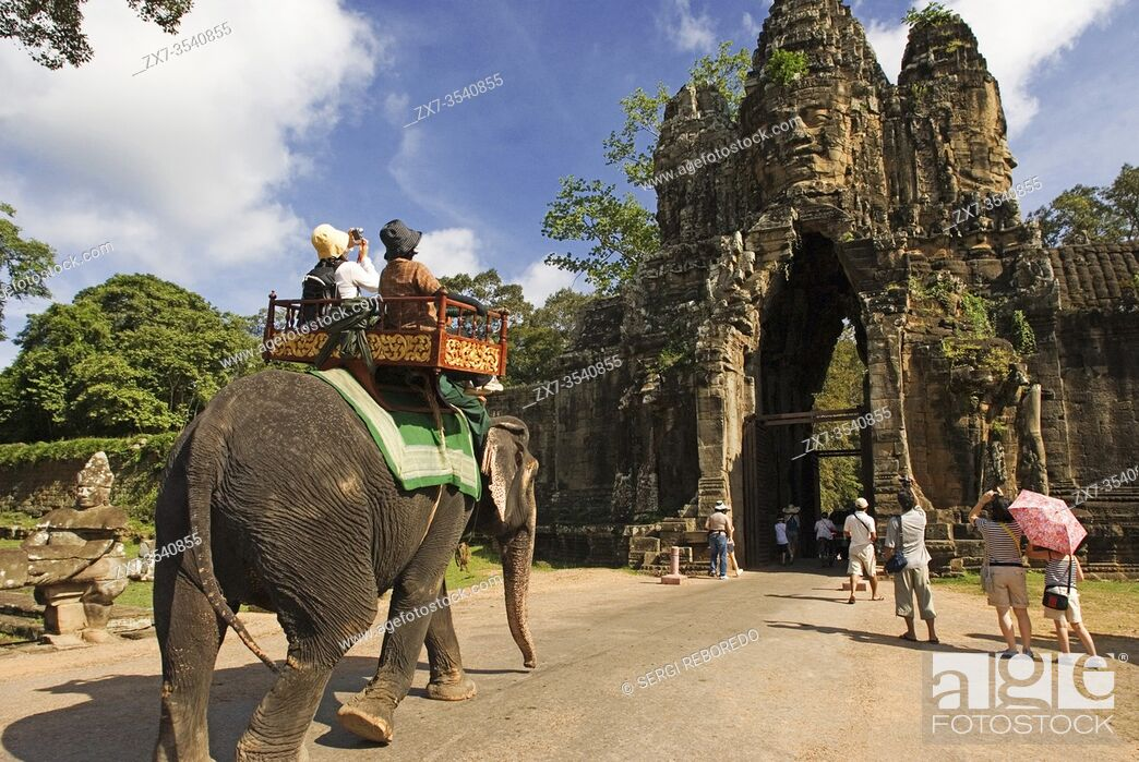 Imagen: Elephant rides at the gateway to Angkor Thom. Angkor Thom (Big Angkor) is a 3km2 walled and moated royal city and was the last capital of the Angkorian empire.