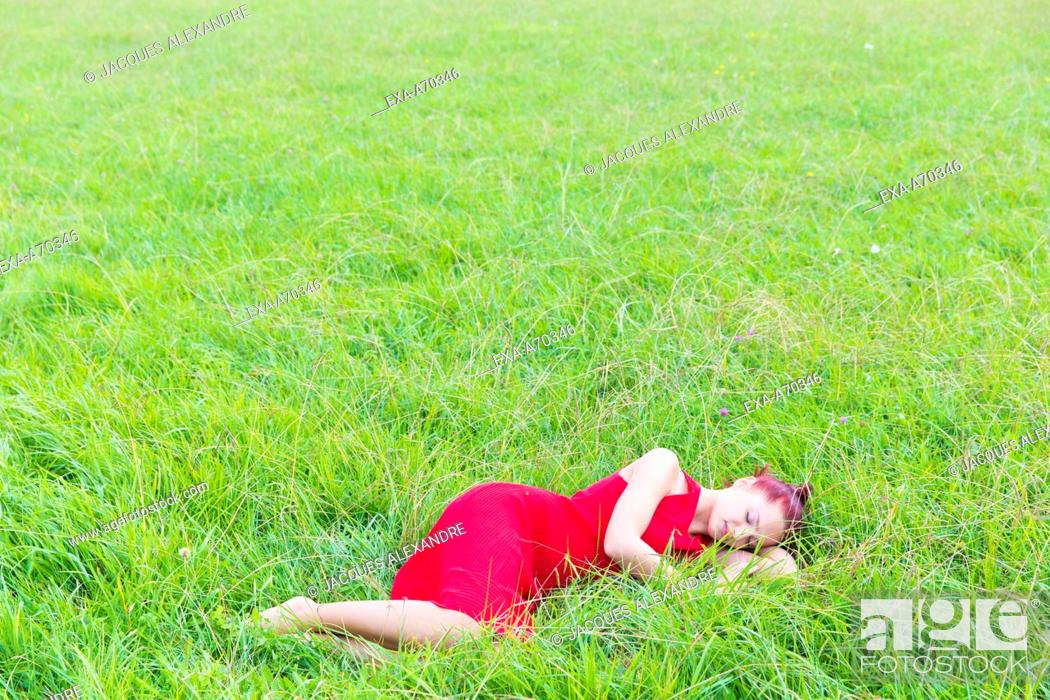 Imagen: Woman with red dress on meadow.