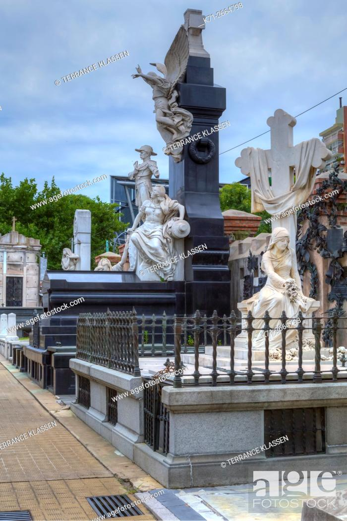 Imagen: Tombs and mausoleums at the Recoleta Cemetery, Buenos Aires, Argentina, South America.