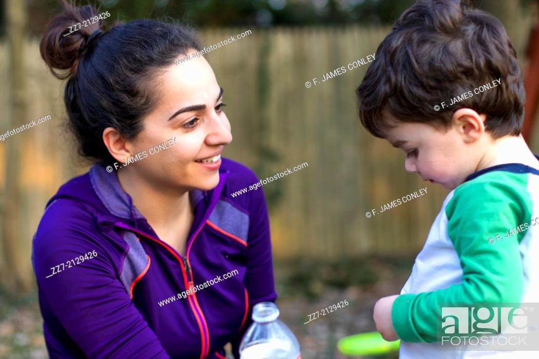 Imagen: A young Iranian woman talks to her son.