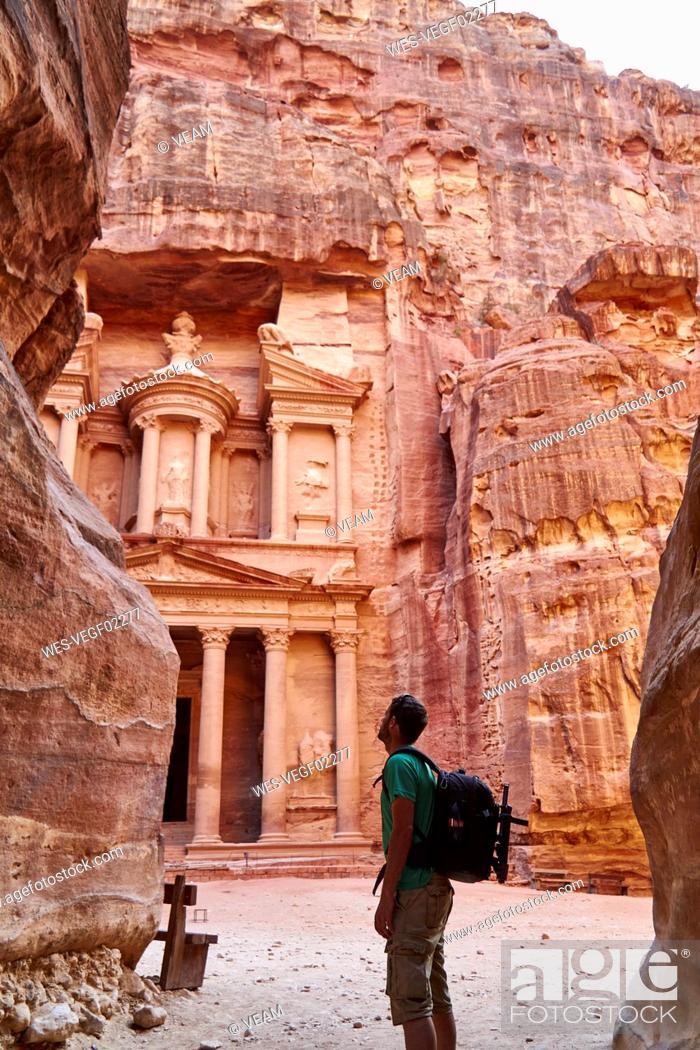 Photo de stock: Backpacker admiring the Al-Khazneh in Petra, Jordan.