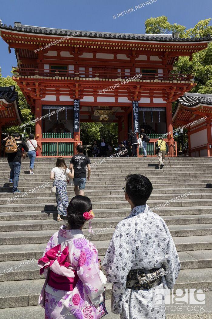 Photo de stock: Kyoto, Japan - Main gate of the Yasaka jinja shrine in Kyoto with couple in kimono.