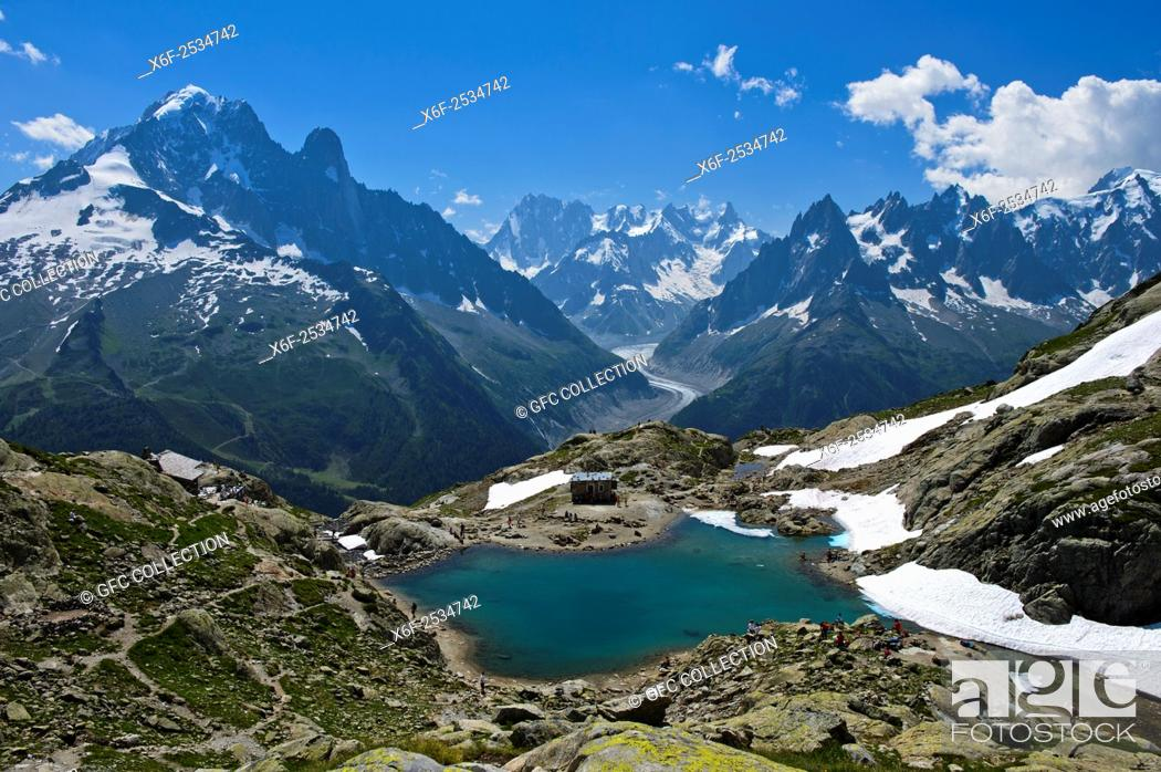 Photo de stock: View across the mountain lake Lac Blanc in the Aiguilles Rouges National Nature Reserve to the French Alps, f. l. t. r. Aiguille Verte, Les Drus.