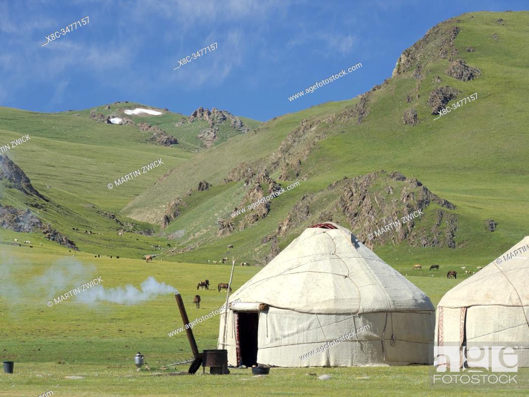 Imagen: Yurts at lake Song Kol (Son Kul, Songkoel, Song-Koel). Tien Shan mountains or heavenly mountains in Kirghizia. Asia, central Asia, Kyrgyzstan.