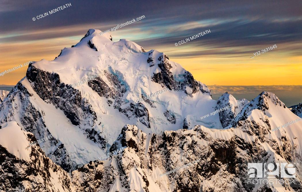 Imagen: Mt Tutoko (2, 723 m) at dawn, highest peak in Darran Mountains, aerial view over Hollyford Valley, Fiordland National Park, New Zealand.