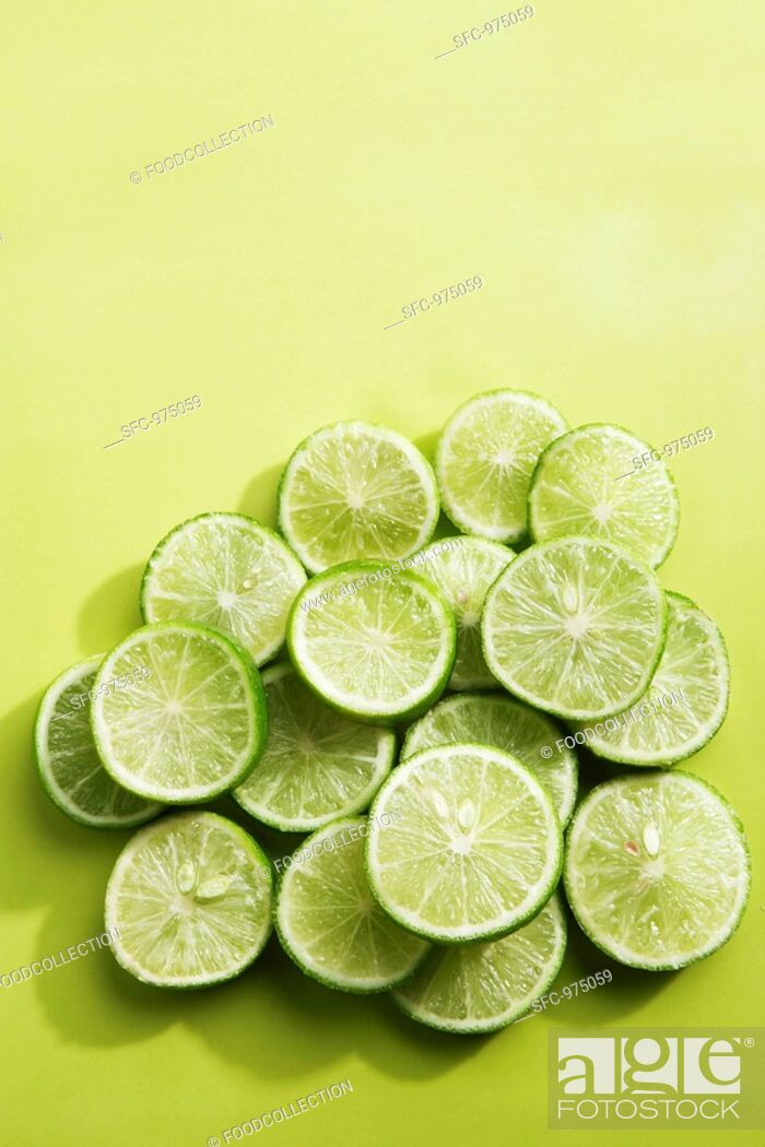 Photo de stock: Key Lime Slices on Green.