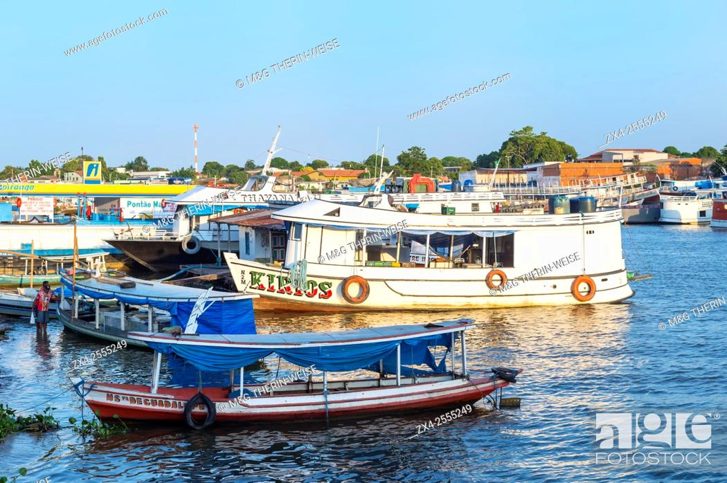Imagen: Traditional wood boats in the Parintins harbour, Parintins, Amazona state, Brazil.