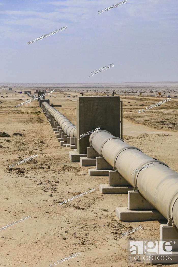 Imagen: Swakopmund, Namibia. A water pipeline in the desert.