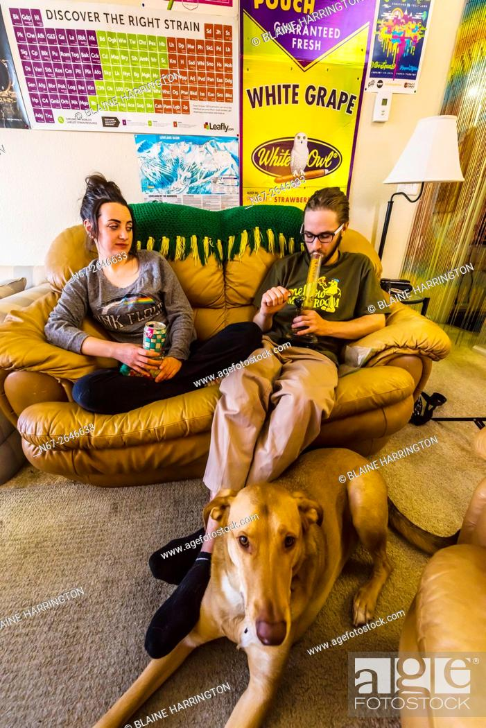 Imagen: Young people smoking marijuana and relaxing at home, Aurora, Colorado USA. Colorado was the first state to legalize the sale of marijuana for recreational use.