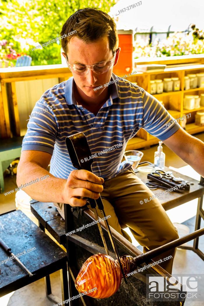 Photo de stock: Glassblowing, Garden City Glass at Jewell Gardens, Skagway, Alaska USA.