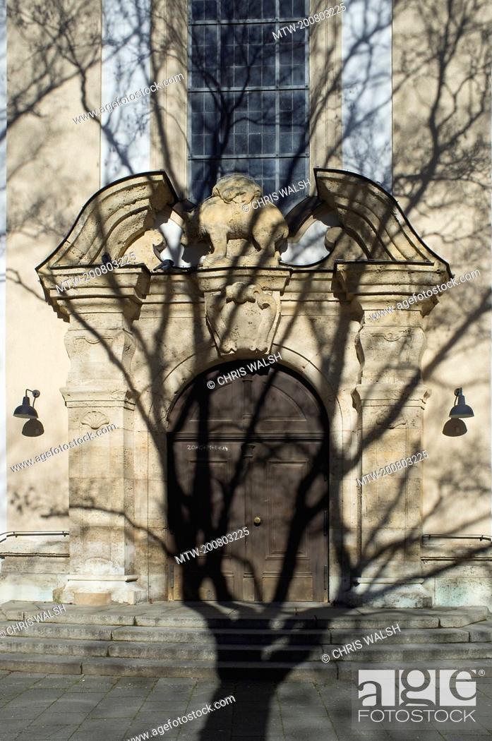 Imagen: St Korbinian church Munich doorway tree shadow.