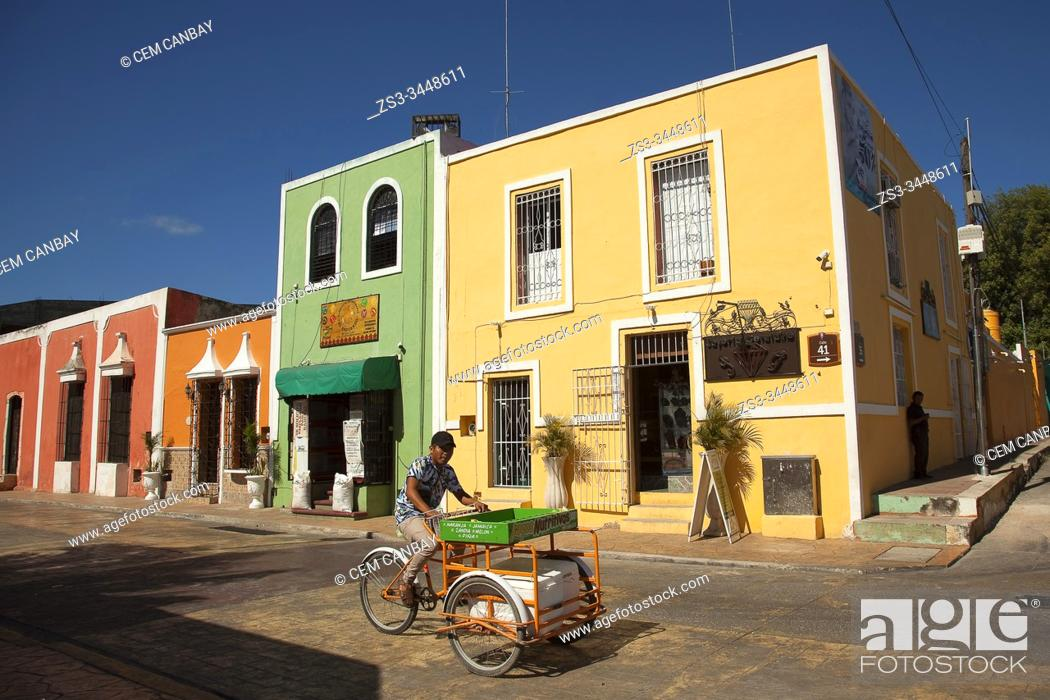 Photo de stock: Vendor in front of the colonial buildings at the city center, Valladolid, Yucatan Province, Mexico, Central America.