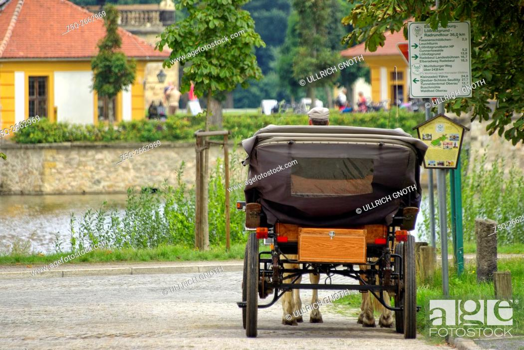 Imagen: A horse-cab driver waiting for passengers, here in front of Schloss Moritzburg Castle near Dresden, Germany.