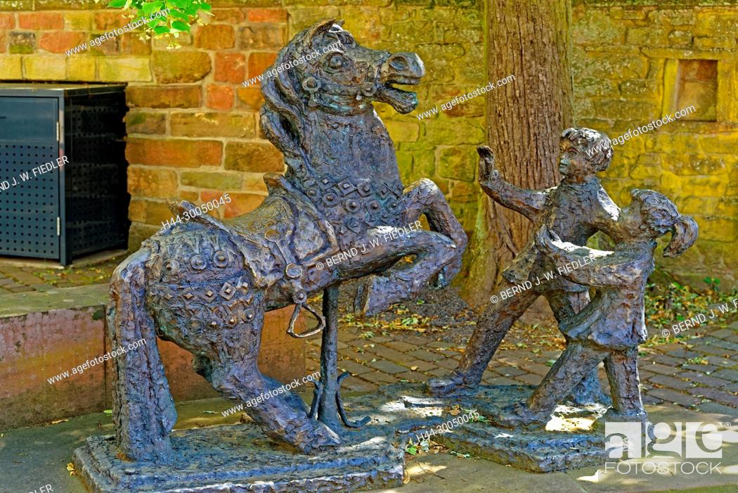 Imagen: Riding place in school, statues, horse, children, Gleisweiler Germany.
