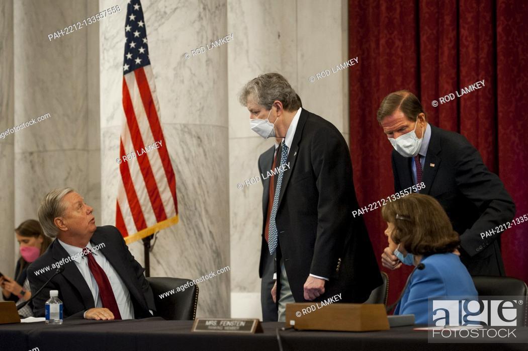 Photo de stock: United States Senator Lindsey Graham (Republican of South Carolina), Chairman, US Senate Judiciary Committee, left, US Senator John Neely Kennedy (Republican of.