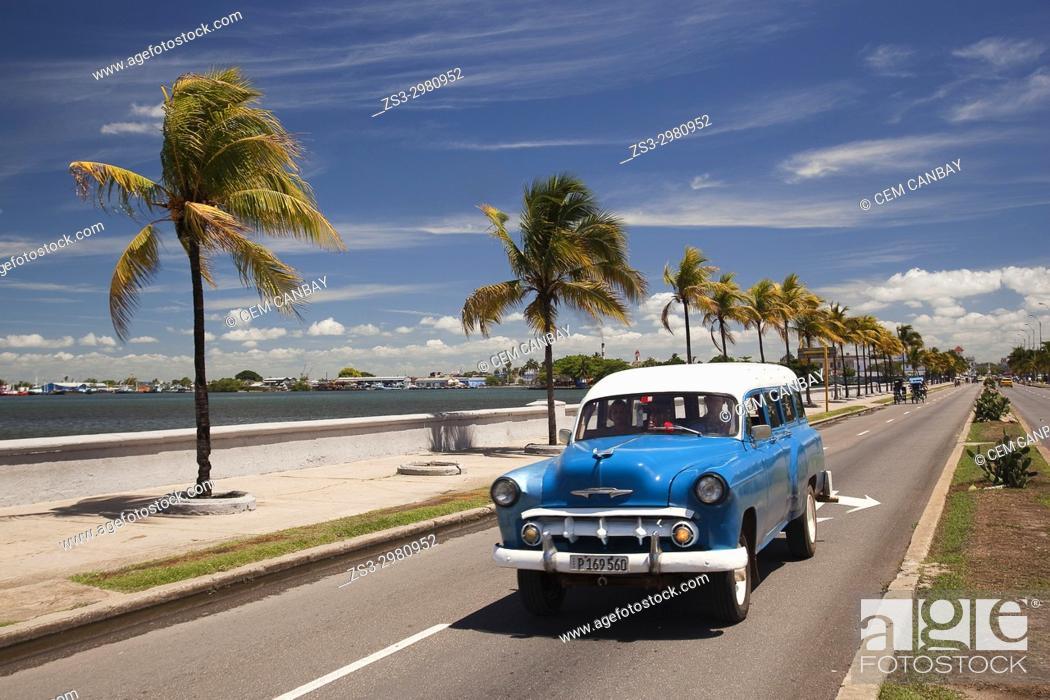 Imagen: Old American car by the water promenade Malecon at Punta Gorda district, Cienfuegos, Cuba, West Indies, Central America.