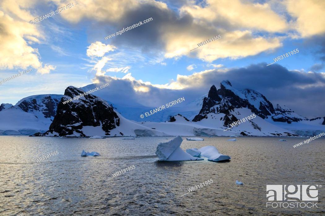 Imagen: Sunrise, atmospheric clouds, mountains, glaciers and icebergs, Danco Coast, Gerlache Strait, Antarctic Peninsula, Antarctica, Polar Regions.