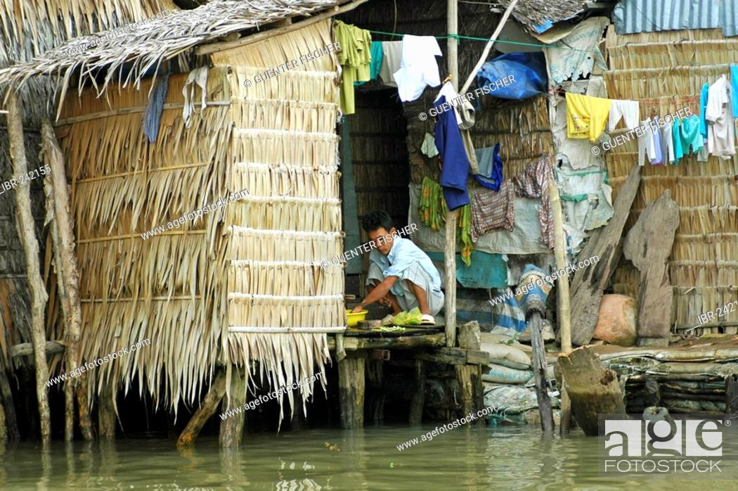 Stock Photo: Living at the riverside, Can Tho, Mekong Delta, Vietnam.