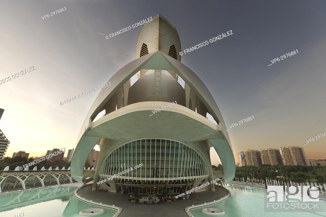 Photo de stock: Valencia, Spain. October 25, 2017: The Palau de les Arts Reina Sofia is the opera house of Valencia, and home of the Orchestra of the Valencian Community.