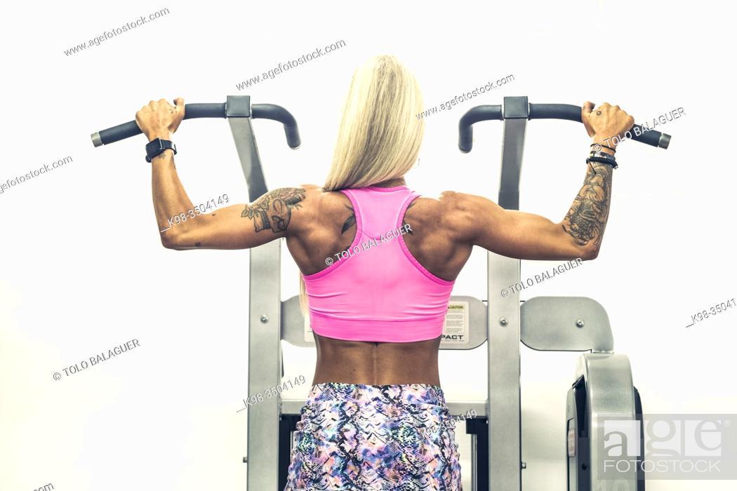 Stock Photo: mujer entrenando en un gimnasio de maquinas, llucmajor, Mallorca.