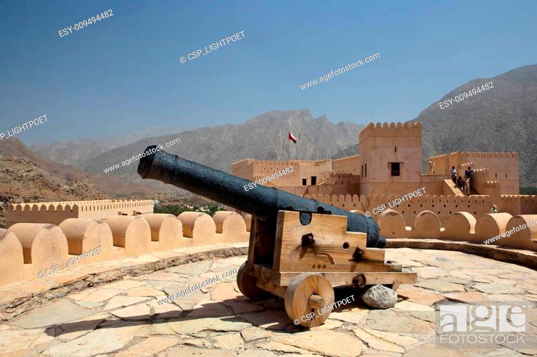 Imagen: Old canon on the top of the Nakhl Fort.